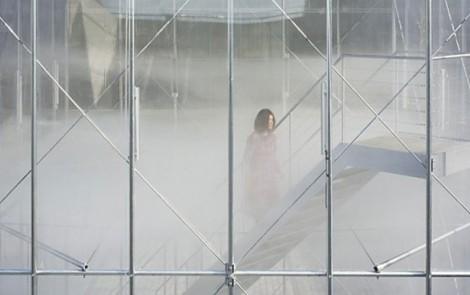 Cloudscapes, una instalación artística de nube flotante en una sala transparente