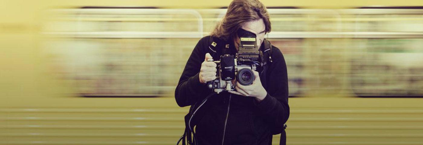Adam Magyar, capturando la soledad de los espacios llenos de gente con su serie Stainless