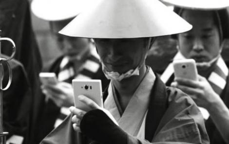 ¿Qué habría sido de los samuráis del siglo XVII si hubieran tenido teléfonos móviles?